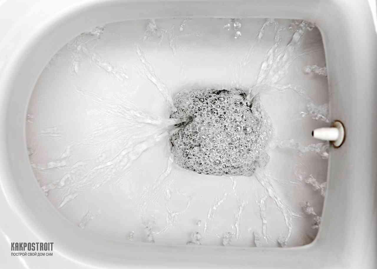 Девушка смывает в туалете