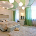 Многоуровневая конструкция в спальне