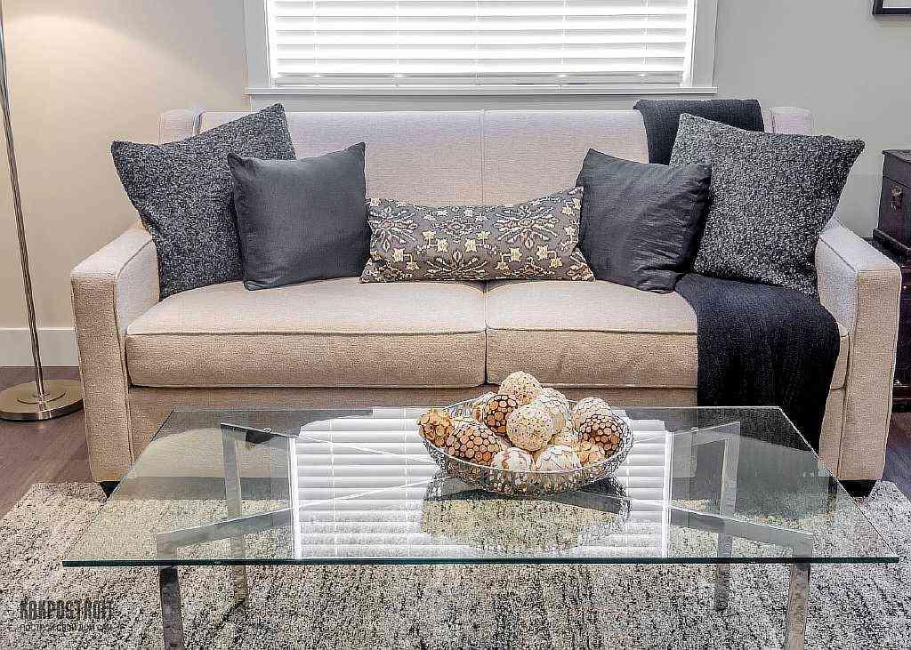 Серый цвет дивана в интерьере