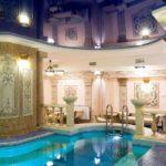 Можно ли устанавливать натяжной потолок в ванной и в бассейнах
