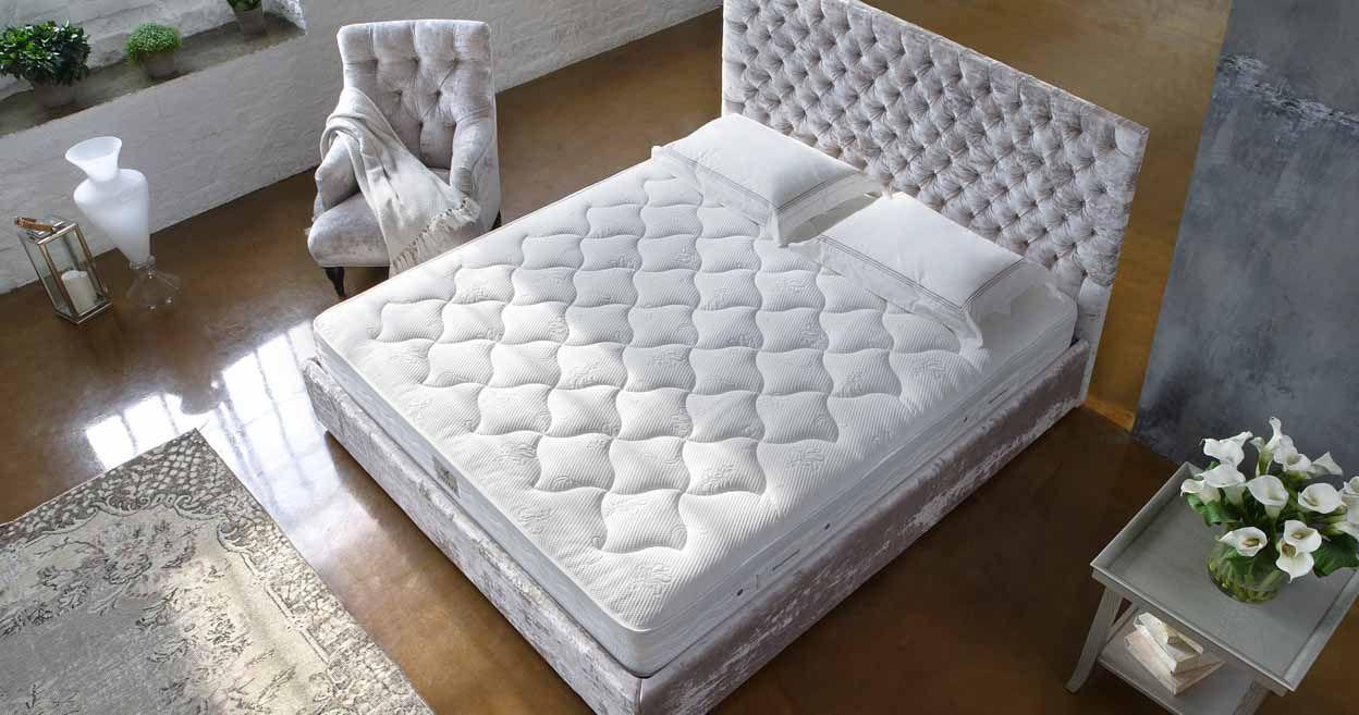 Двухспальная кровать с высоким матрасом