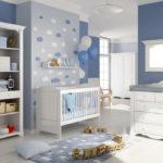 Голубая детская для мальчика, оформленная облаками