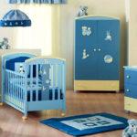 Кремовая детская для мальчика с голубой мебелью