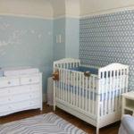 Голубые обои в детской для мальчика и белая мебель