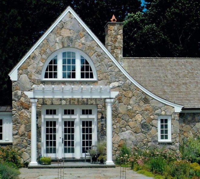 Фасад дома из дикого камня