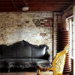 Элегантный диван и кирпичная стена