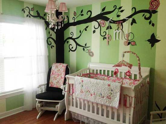 Вариант оформления стен в комнате младенца