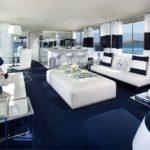 Морской стиль в интерьере большой гостиной