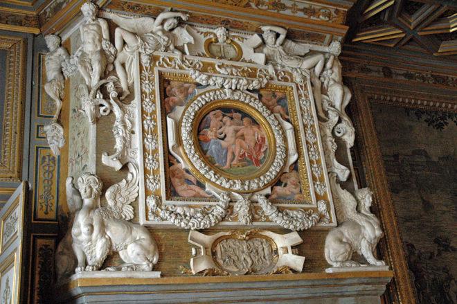 Фигурки людей и животных украшали стены интерьера