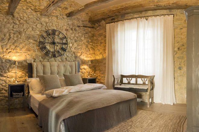 Каменная «кладка» стены в интерьере прованса