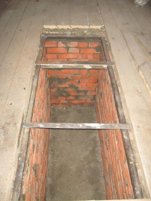Киричная кладка смотровой ямы с вмонтированным металлическим каркасом