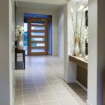 Светлый коридор в серых тонах