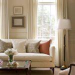 Уютная светлая гостиная с узким окном