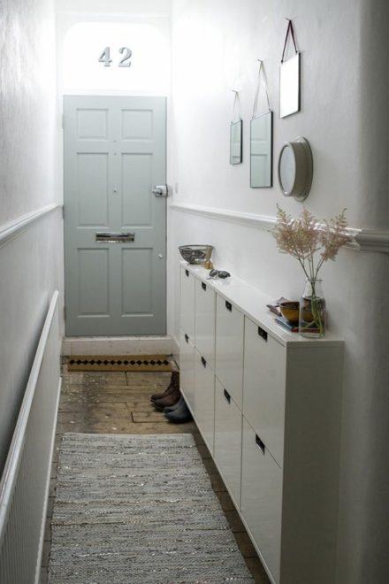 Узкий коридор в пастельных тонах