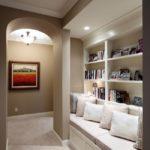 Узкий коридор с местом для хранения в стиле неоклассицизм