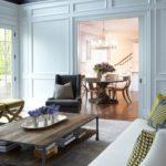 Контрастная современная гостиная в стиле неоклассика