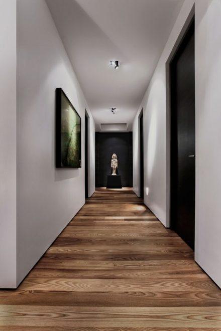 Узкий коридор в стиле модерн с низкими потолками