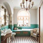 Светлая классическая ванная комната с арочными окнами