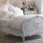 Белая кровать в стиле шебби