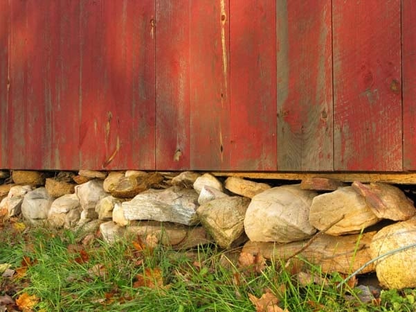 Каменный фундамент под забор