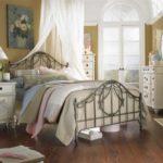 Кованая кровать для спальни в стиле шебби-шик
