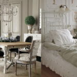 Светлая спальня с настенным бра