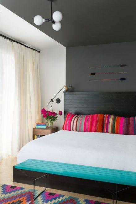 Минималистичная бирюзовая спальня