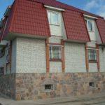 Дом с облицованным фундаментом