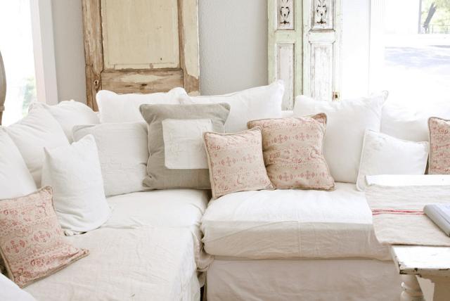 Мягкий диван в нежной цветовой гамме