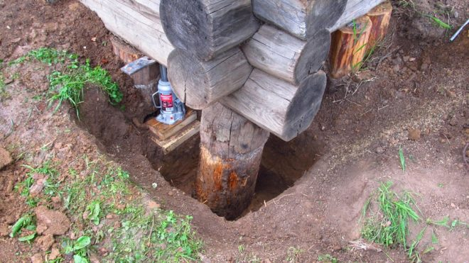 Выкапывание ямы вокруг старого столба фундамента
