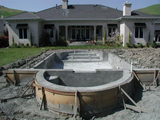 Бассейн из бетона, залитого в фанерную опалубку