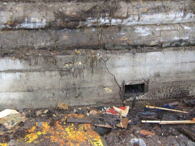 Повреждённый фундамент деревянного дома
