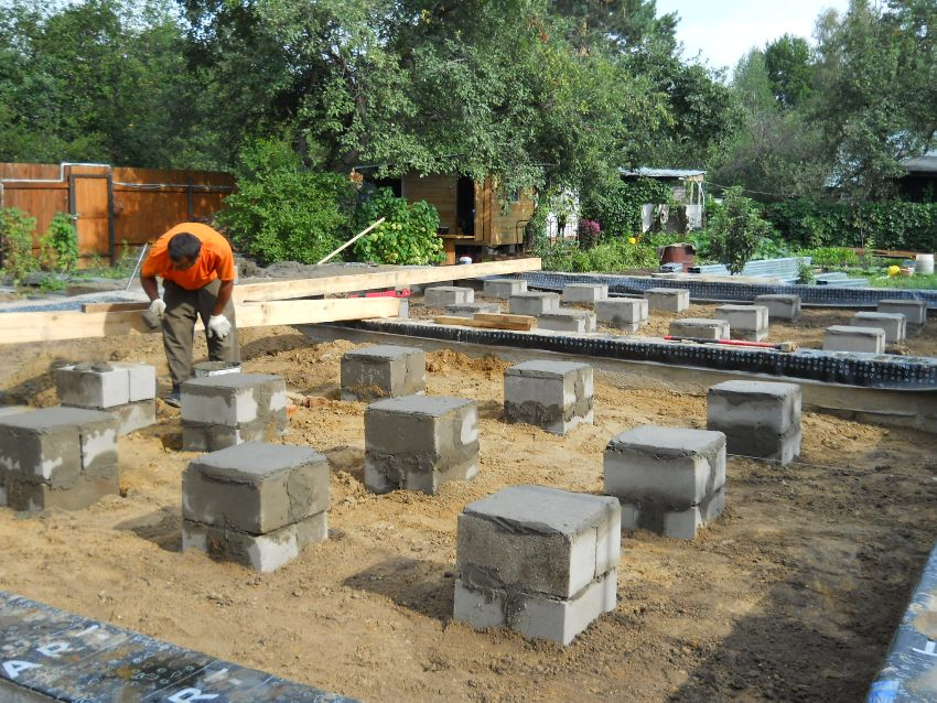 Как выбрать и залить фундамент под дом