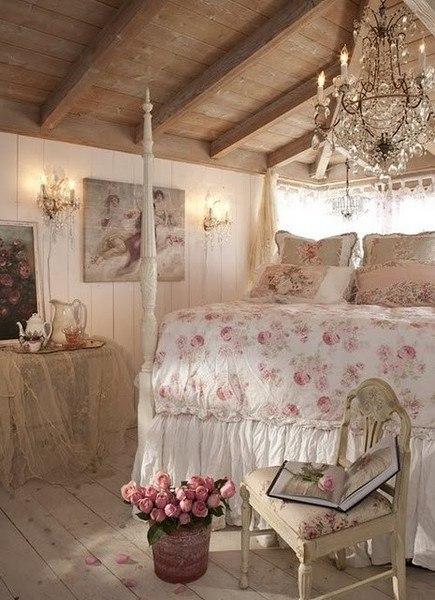 Большая хрустальная люстра над кроватью