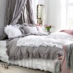 Серый и белый текстиль в спальне