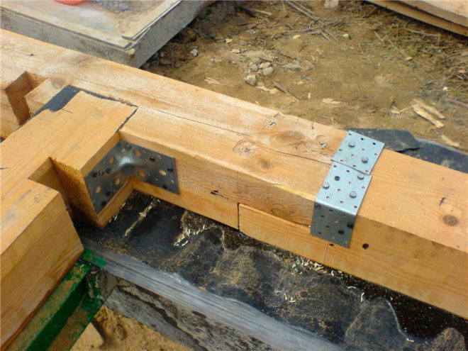Процесс укладки бруса на фундамент