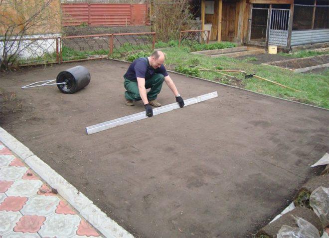 Процесс выравнивания и проверки участка под фундамент