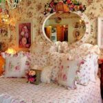 Яркие цветы в спальне шебби