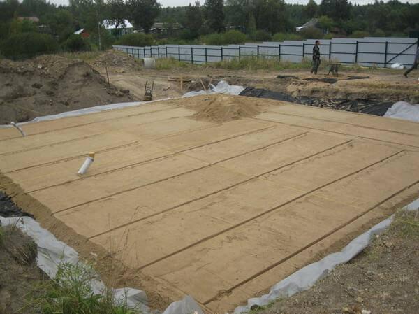 Закладка песка для плитного основания