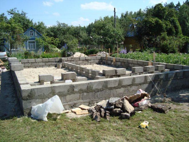 Бетонные блоки под кирпичный фундамент