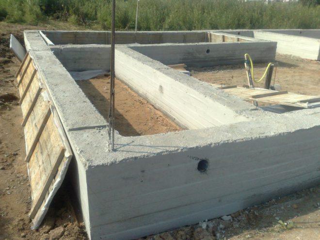 Свайно-ростверковый фундамент после снятия опалбуки