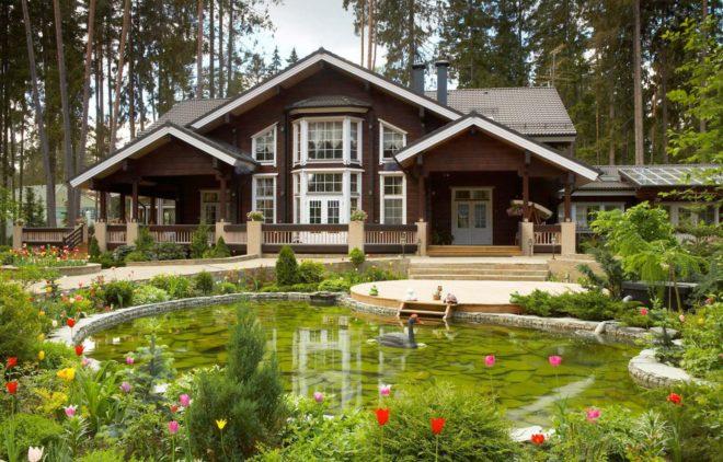 Дом во дворе с искусственным водоемом