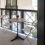 Небольшой столик и стулья на балконе