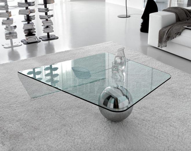 Стеклянный столик в гостиной минимализма