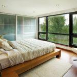 Комната с большим окном