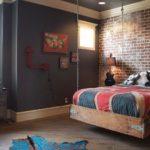 Комната в стиле лофт с подвесной кроватью