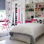 Белая комната с яркими акцентами