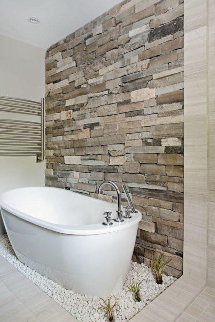 Отделка натуральным камнем в интерьере ванной комнаты