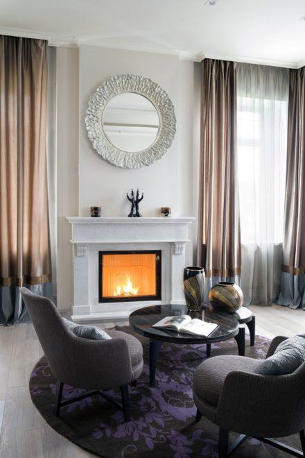 Интерьер элегантной гостиной с камином