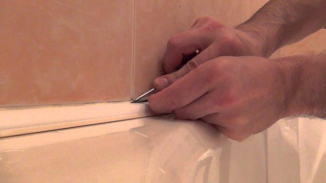 заделка щели ванной и стены